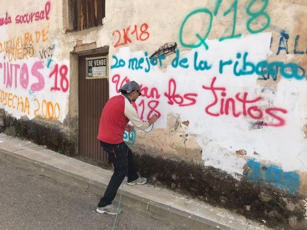 Nano Arribas Lázaro ejecutando su nuevo mural